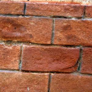 Fausses briques sculptées dans du stiroforme et patinées